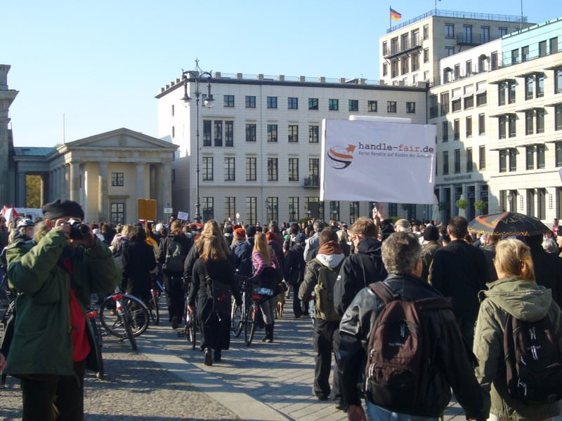 Demonstration vor dem Brandenburger Tor in Berlin: Die Initiative handle fair. auf der Demo der Occupy Wall Street-Bewegung.