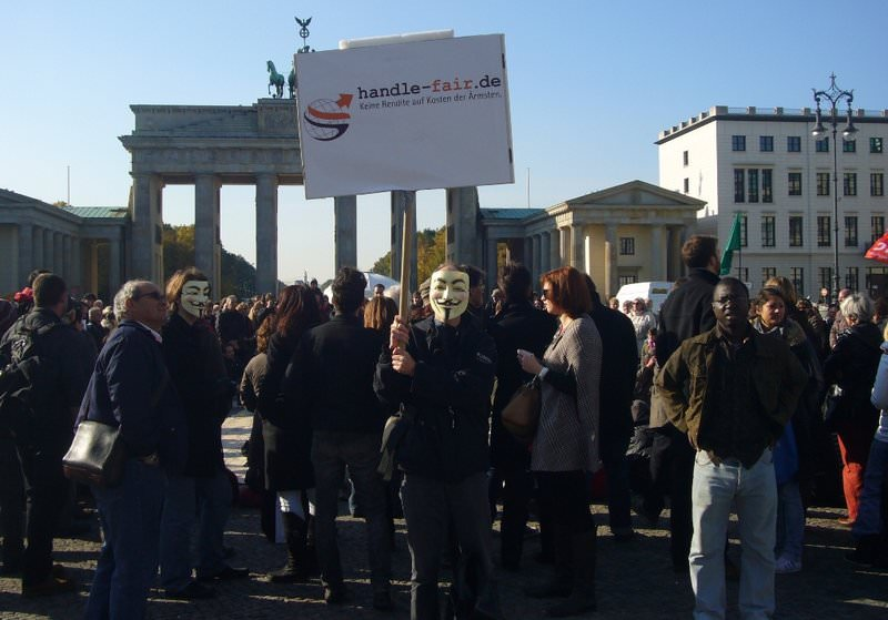 Die Initiative handle fair. vor dem Brandenburger Tor in Berlin, auf der Demo der Protestbewegung Occupy Wall Street.